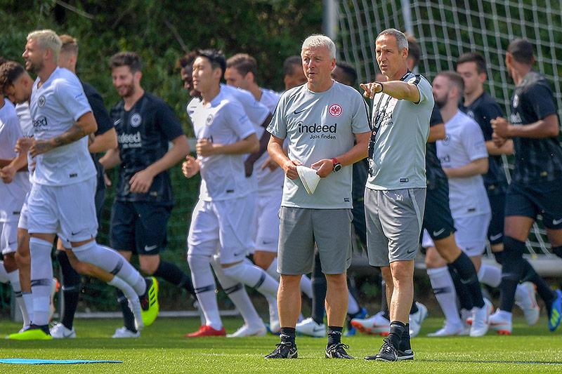 Frankfurt-Trainer Adi Huetter und Assistent Armin Reutershahn