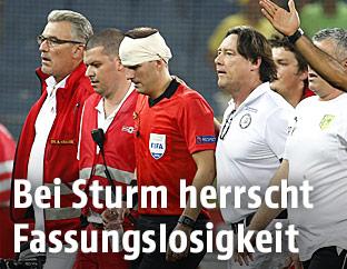Der verletzte Schiedsrichterassistent Fredrik Klyver (Schweden) verlässt das Spielfeld