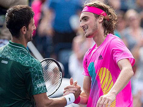Novak Djokovic (Serbien) und Stefanos Tsitsipas (Griechenland)